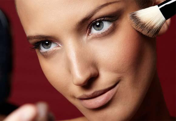 Aprenda como disfarçar o inchaço com maquiagem