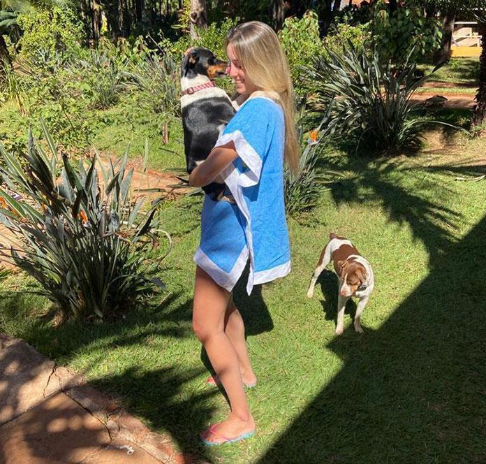 Carolina Botelho com os cães Dingo e Cacau