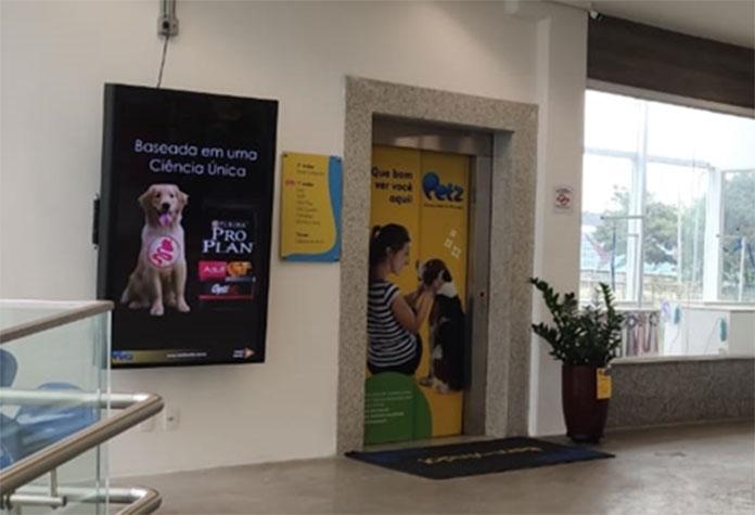 Display DOOH instalado no acesso a loja Petz