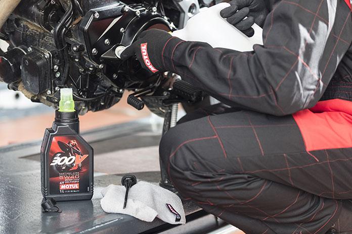 Cinco dicas da Motul para não errar na hora de trocar o óleo da moto